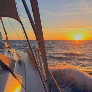Mallorca Yachtcharter Sonnenuntergang Welle